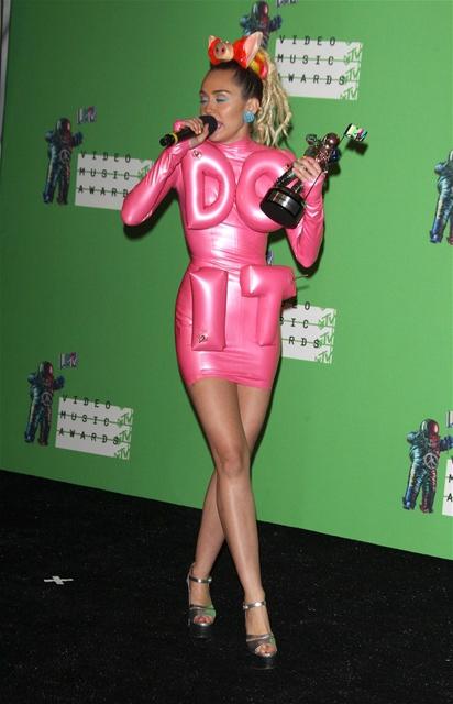Miley Cyrus... MTV'Yİ NEREDEYSE ÇIPLAK SUNDU! galerisi resim 10