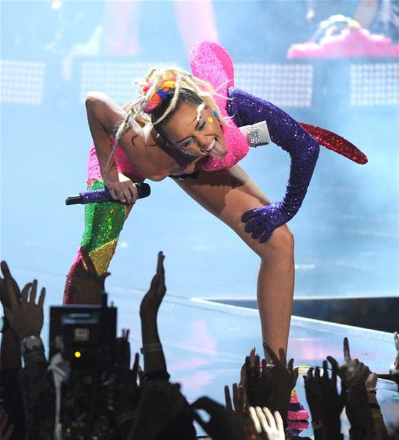 Miley Cyrus... MTV'Yİ NEREDEYSE ÇIPLAK SUNDU! galerisi resim 12