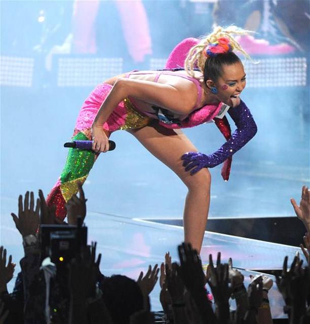 Miley Cyrus... MTV'Yİ NEREDEYSE ÇIPLAK SUNDU! galerisi resim 13