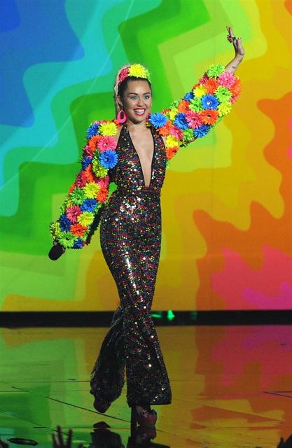 Miley Cyrus... MTV'Yİ NEREDEYSE ÇIPLAK SUNDU! galerisi resim 17
