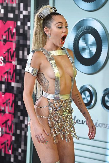 Miley Cyrus... MTV'Yİ NEREDEYSE ÇIPLAK SUNDU! galerisi resim 3