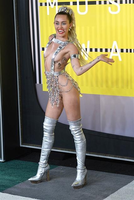 Miley Cyrus... MTV'Yİ NEREDEYSE ÇIPLAK SUNDU! galerisi resim 4