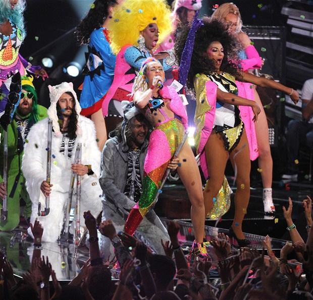 Miley Cyrus... MTV'Yİ NEREDEYSE ÇIPLAK SUNDU! galerisi resim 8