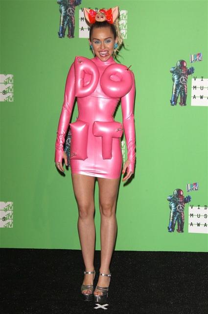 Miley Cyrus... MTV'Yİ NEREDEYSE ÇIPLAK SUNDU! galerisi resim 9
