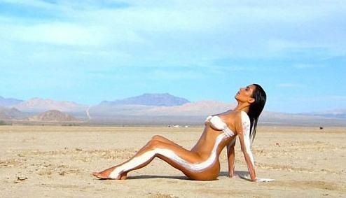 Kim Kardashian... ÇÖLDE ÇİRİLÇIPLAK! galerisi resim 5