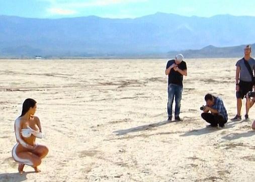 Kim Kardashian... ÇÖLDE ÇİRİLÇIPLAK! galerisi resim 8