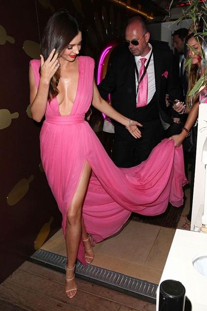 Miranda Kerr... PEMBE DEKOLTE NEFES KESTİ! galerisi resim 3