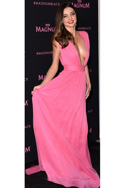 Miranda Kerr... PEMBE DEKOLTE NEFES KESTİ! galerisi resim 9