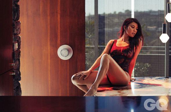 Kourtney Kardashian... ÇIPLAK POZLARI NEFESLERİ KESTİ!.. galerisi resim 1