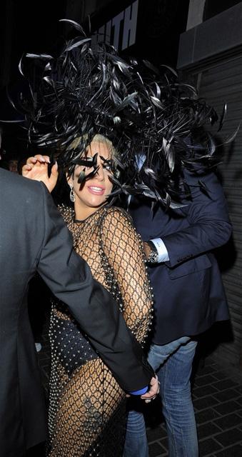 Lady Gaga... LONDRA SOKAKLARINDA TRANSPARAN VE SÜTYENSİZ! galerisi resim 1