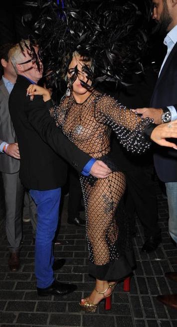 Lady Gaga... LONDRA SOKAKLARINDA TRANSPARAN VE SÜTYENSİZ! galerisi resim 12