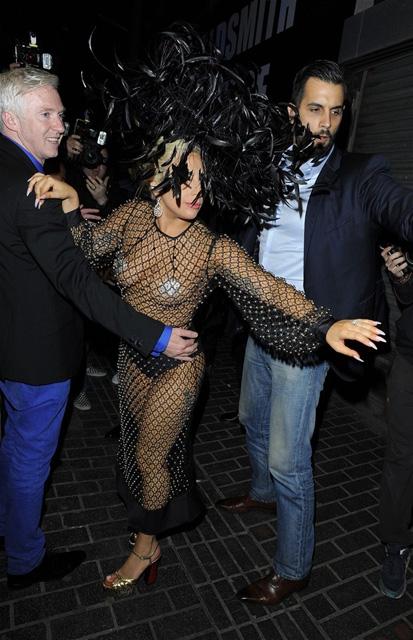 Lady Gaga... LONDRA SOKAKLARINDA TRANSPARAN VE SÜTYENSİZ! galerisi resim 4