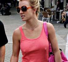 Britney Spears... SÜTYENSİZ GEZMESİ YASAK!