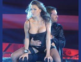 İtalyan TV'sinde seksi şov!..SIRAYLA KONUĞUN KUCAĞINA OTURDULAR!...