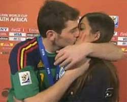 İker Casillas... CANLI YAYINDA ATEŞLİ ÖPÜCÜK!