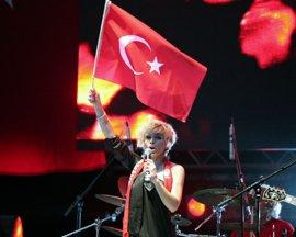 ÜNLÜ SANATÇILARLA EURO 2008 MAÇ İZLEME AKTİVİTELERİ  GÜLŞEN'LE SONA ERDİ...