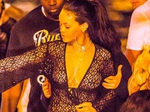 Rihanna... ONA HİÇ KIŞ GELMİYOR, HER ZAMAN YARI ÇIPLAK!