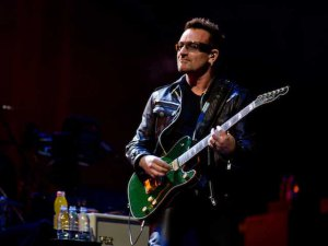 U2 grubunun solisti Bono... BİR DAHA GİTAR ÇALAMAYABİLİR!