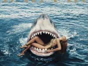 Rihanna... SEKSİ ŞARKICININ KÖPEK BALIKLARIYLA DANSI !..