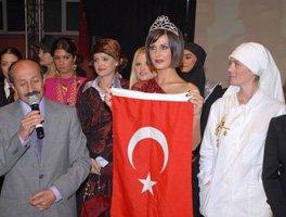 """Ebru Destan... """"KERİMAN HALİS ECE"""" OLARAK YENİDEN PODYUMLARDA!"""