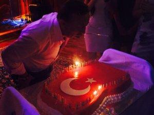 Ali Ağaoğlu... GURBETTE DOĞUM GÜNÜ`NE TÜRK BAYRAKLI PASTA!