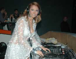 Nilay Dorsa...SEKSİ KIYAFETİYLE DJ'LİK YAPTI!
