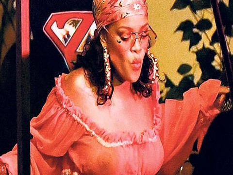 "Rihanna... ""TOMBİK RİHANNA"" ŞEFFAF BLUZU İLE KAMERALARIN ÖNÜNDE!.."