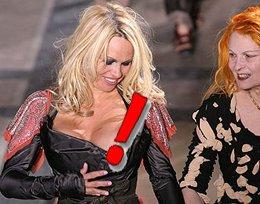 Skandal ! Pamela Anderson? GÖĞSÜNÜ BİLEREK Mİ AÇTI ?..