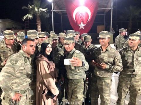 Mehmetçik Ziyaretinde Dikkat Çeken Detay... HANDE GİTTİ, DEMET KALDI!..