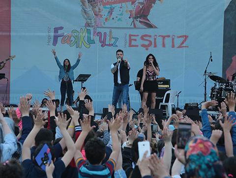 Sinan Akçıl... 11 DİLDE 'HOŞGELDİNİZ'!
