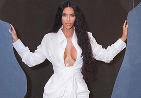 Kim Kardashian... BEYAZ DEKOLTESİ BÜYÜLEDİ!