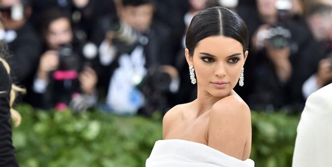 Kendall Jenner... ÇIPLAK RESİMLERİ ÇALINDI!