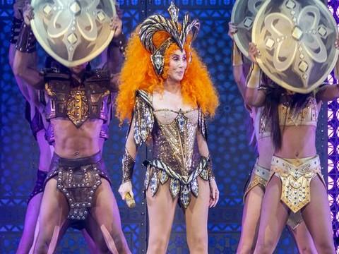 Cher... 72'LİK ŞARKICI SAHNEDE GÖZLERİ KAMAŞTIRDI!..