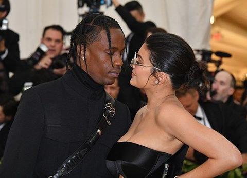 Kylie Jenner...SEVGİLİSİ YOLLARINA TONLARCA GÜL DÖKTÜ!