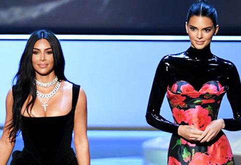 Kim Kardashian - Kendall Jenner...KIRMIZI HALIDA GÖZ KAMAŞTIRDILAR!
