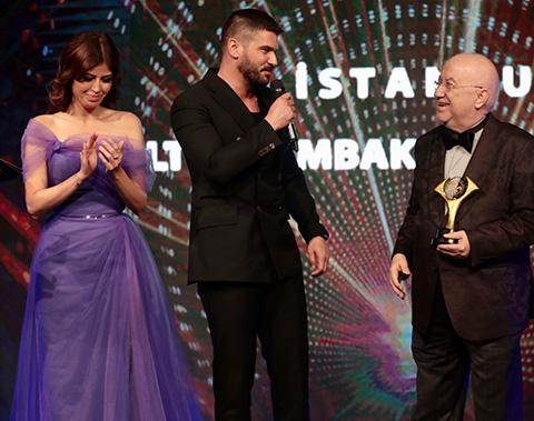 Erkan Özerman...BEST MODEL'İN ELİNDEN ALTIN ZAMBAK!