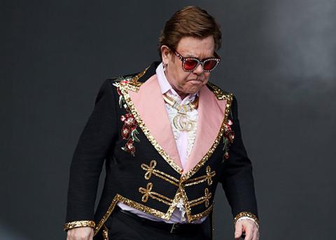 Elton John...AĞLAYARAK SAHNEYİ TERK ETTİ!