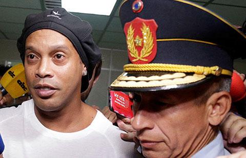 Ronaldinho...EFSANE FUTBOLCU TUTUKLANDI!