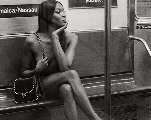 Naomi Campbell... CORONAYA MEYDAN OKUDU, METRO'DA ÇIRILÇIPLAK!