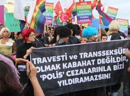 İSTANBULLU TRAVESTİ VE TRANSSEKSÜELLER YÜRÜDÜ...
