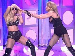 Lady Gaga-Madonna...CANLI YAYINDA SAÇ SAÇA BAŞ BAŞA KAPIŞTILAR....