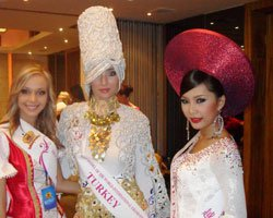 Miss Model of World 2009... DERYA ÇİMEN ÇİN'DE GÖZ KAMAŞTIRIYOR!