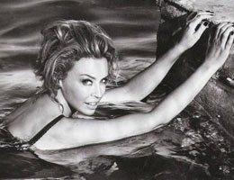Kylie Minogue...İBİZA'DA İÇÇAMAŞIRLARIYLA DENİZE GİRDİ!...