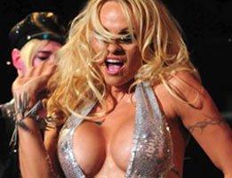 Pamela Anderson...DEFİLEYE YARI ÇIPLAK ÇIKTI!'...