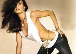 Demi Moore... FORMUNU BOL BOL SEKSLE KORUYOR!