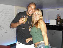 özel haber.../Brezilya'lı Adriano...JOANA İÇİN PLAYBOY'A KAFA TUTTU!...