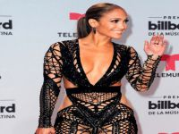 Jennifer Lopez... SEKSİ KIYAFETİYLE ÖDÜL TÖRENİNİN ÖNÜNE GEÇTİ!..