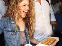 Shakira... GELİR GELMEZ ELİNE TUTUŞTURDULAR!