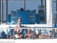 Jennifer Lopez... 49'LUK ŞARKICI BİKİNİSİ İLE GENÇLERE TAŞ ÇIKARTTI!..