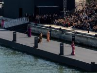 Paris Moda Haftası... SEINE NEHRİ, YÜZER PODYUMA ÇEVRİLDİ!..